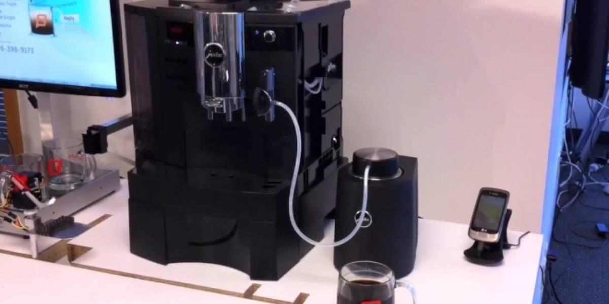 Esta máquina de café acepta pedidos vía mensajes de texto