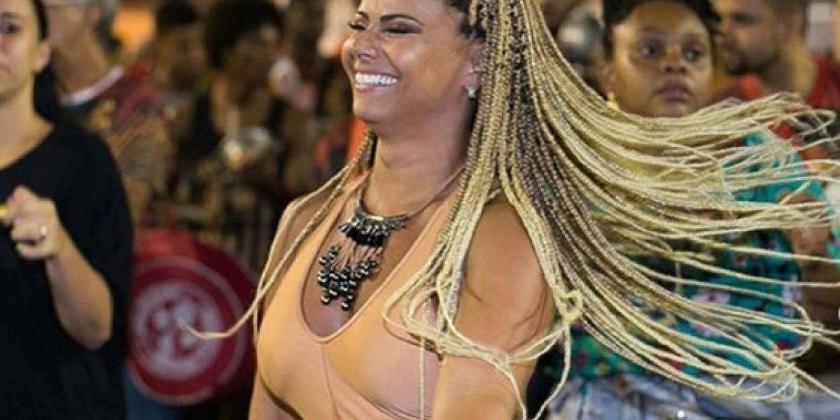 Viviane Araujo esbanja simpatia em ensaio de rua do Salgueiro; veja o vídeo