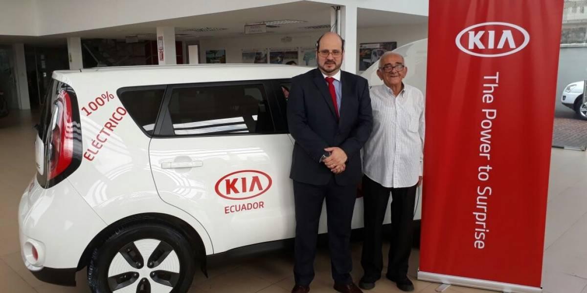 """KIA regala un auto a Victor Chiriboga, el """"abuelito del Riocentro"""""""