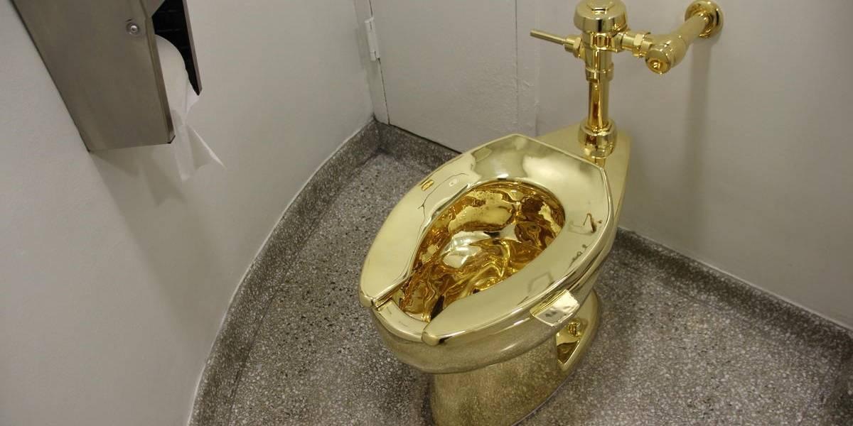 Ofrecen a Donald Trump un inodoro de oro macizo