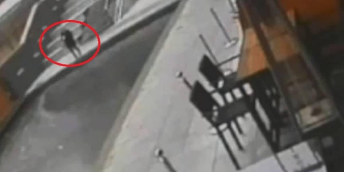 Mujer distraída cae a canal por ir mandando mensajes de texto mientras caminaba