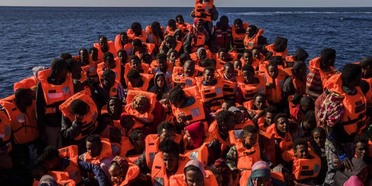 Siete niños tenían agua en sus pulmones: rescatan a 800 migrantes desde el mar Mediterráneo