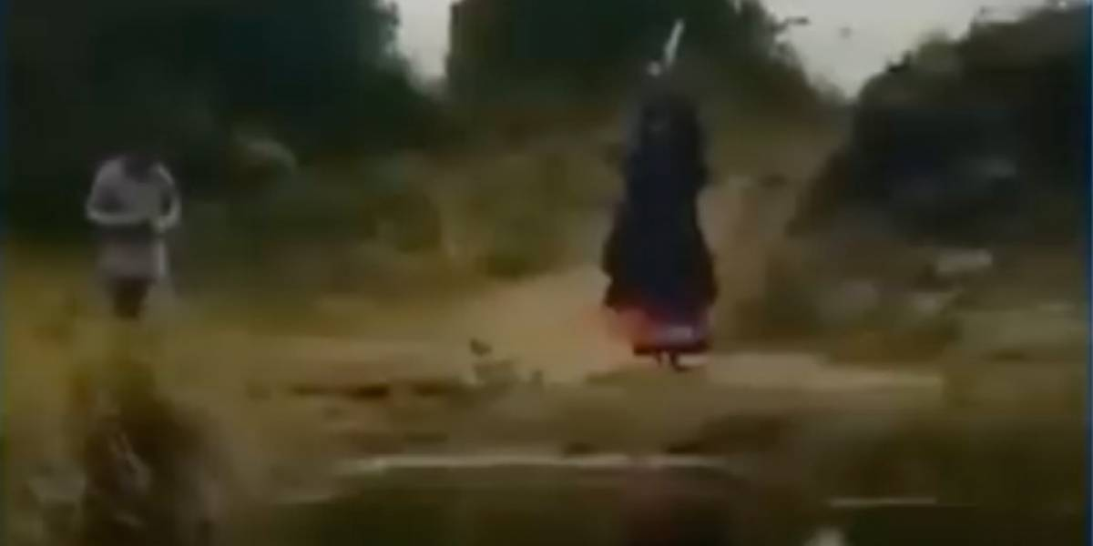 """Escalofriante video muestra a una """"bruja"""" en una carretera de Colombia"""
