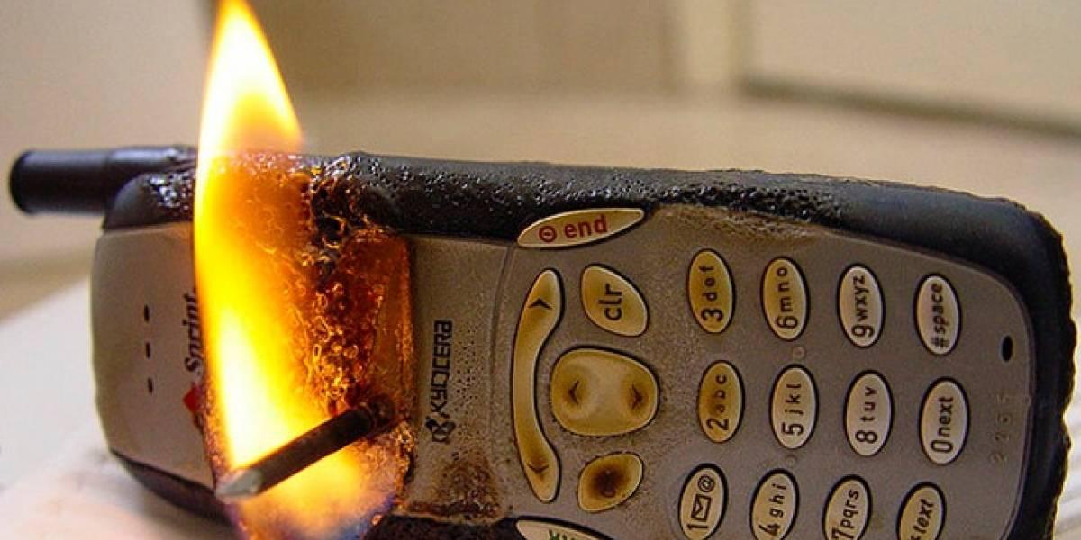 Mujer se quema sus dedos por celular y va donde su operadora móvil antes que al hospital