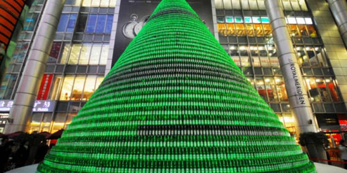 Chinos arman árbol navideño con botellas de cerveza