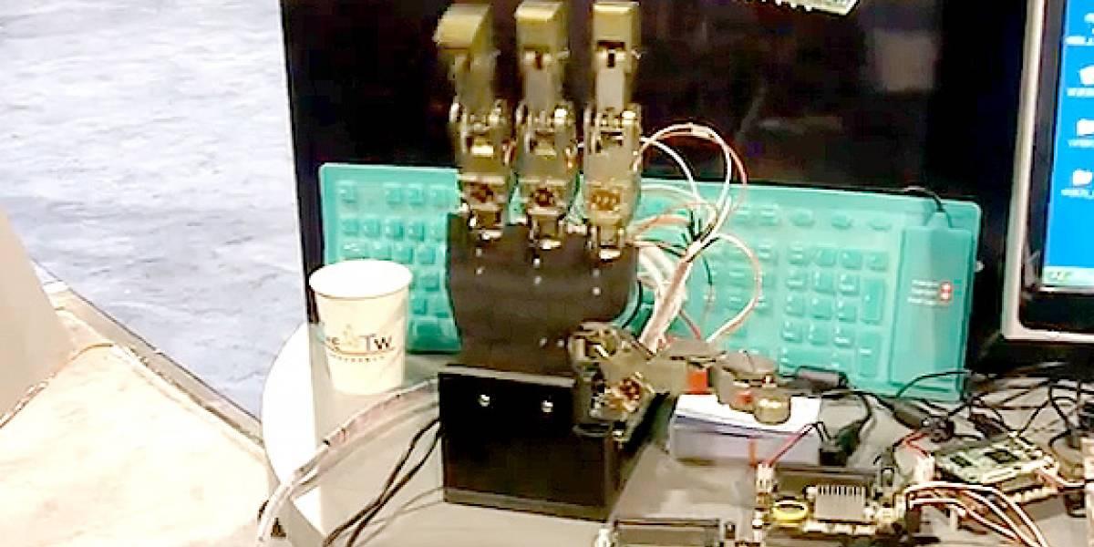CES10: RoBoard muestra una mano robot basada en RB-100 con procesador Vortex86DX