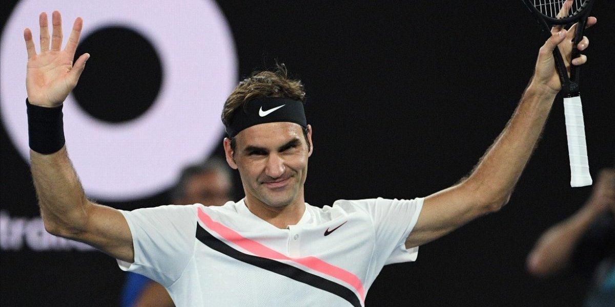 Mientras llega la hora de la final Federer brinda con su rival con una exótica fruta