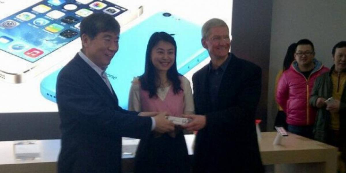 Tim Cook firma iPhones vendidos en China