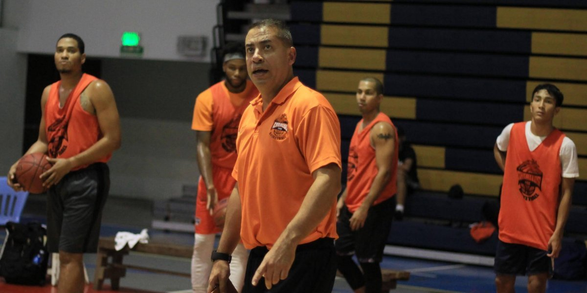 Boricua se lleva el premio a Director del Año en liga de baloncesto de Panamá
