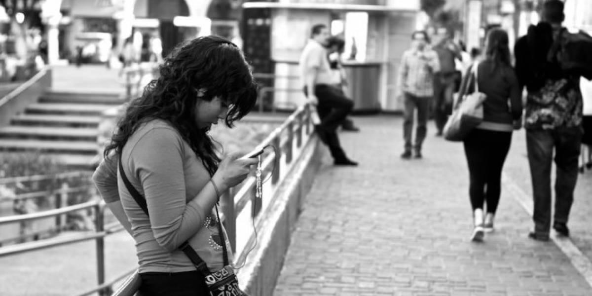 Población hispana lleva la delantera en uso de dispositivos móviles en Estados Unidos