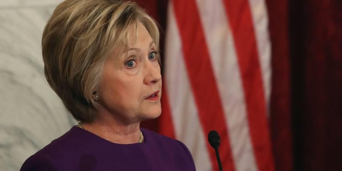 Hillary Clinton fratura pulso durante visita à Índia