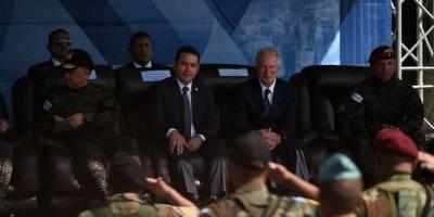 El expresidente junto a Morales observan las acrobacias militares.