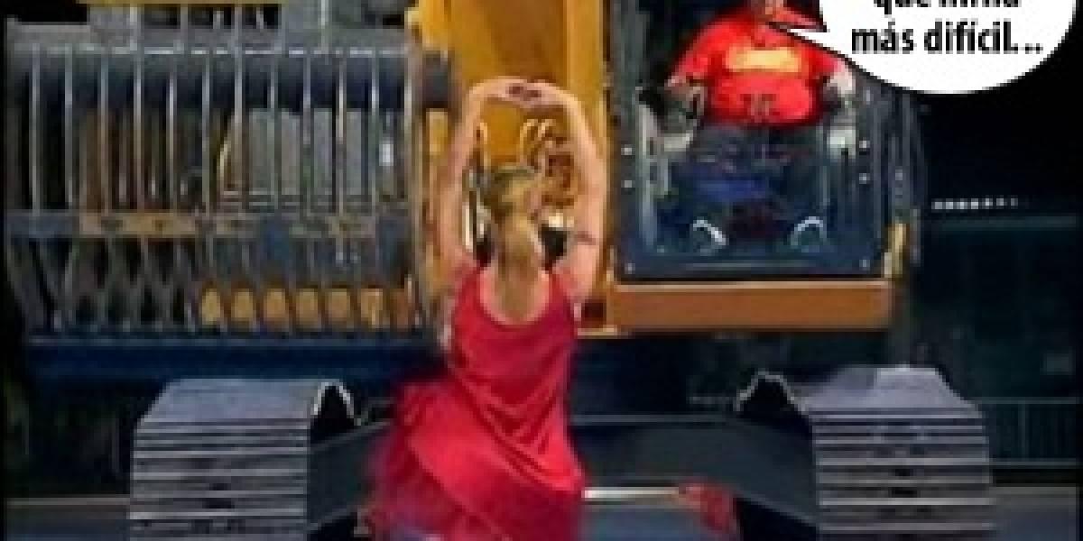 Imperdible: Desnudando a una chica con una pala mecánica (NSFW)