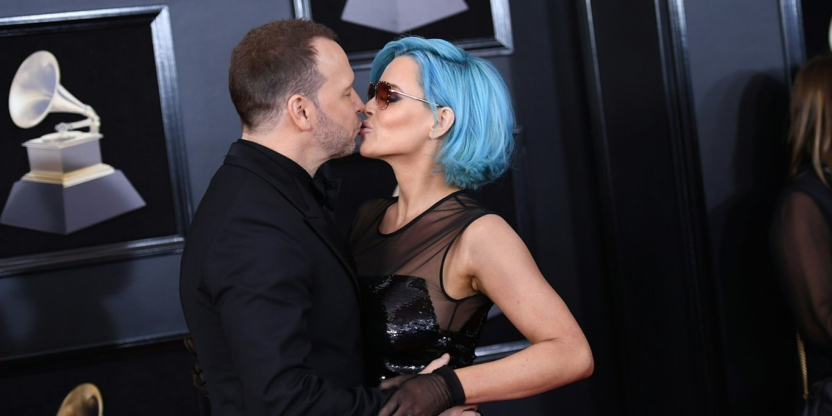 Jenny McCarthy llega a los Grammy con el pelo azul y con un ex New Kids on the Block