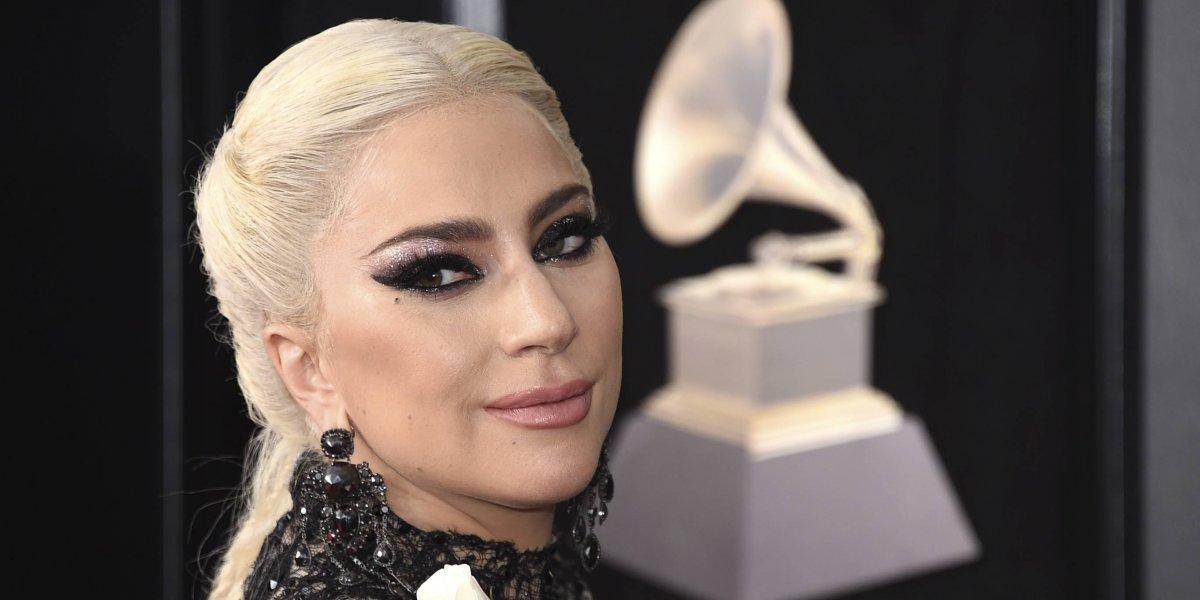 Lady Gaga impactó con vestido en la alfombra roja de los Grammy