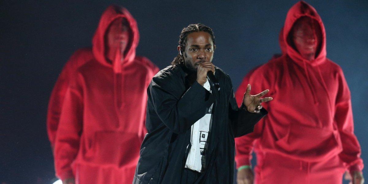 Kendrick Lamar inaugura los Grammy con poderosa actuación
