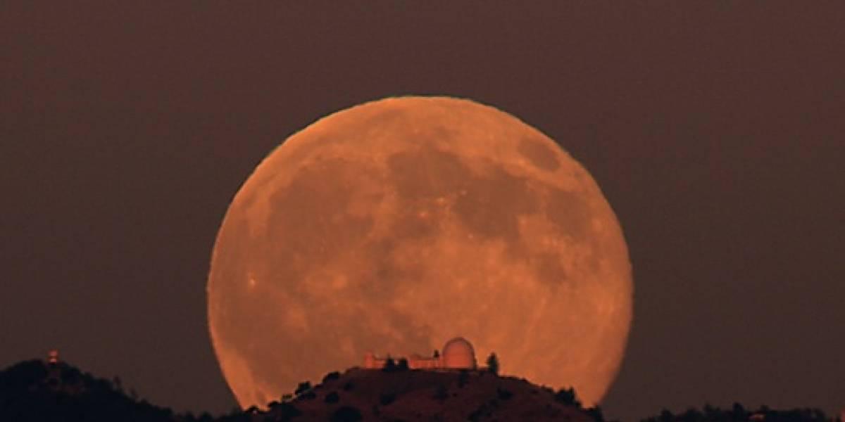 Sin palabras: Luna llena detrás del Monte Hamilton en California