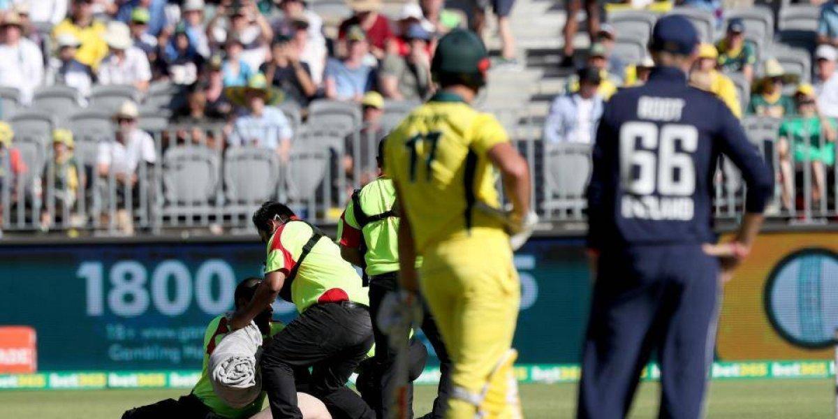 VIDEO: Aficionado pasea desnudo en pleno juego de cricket