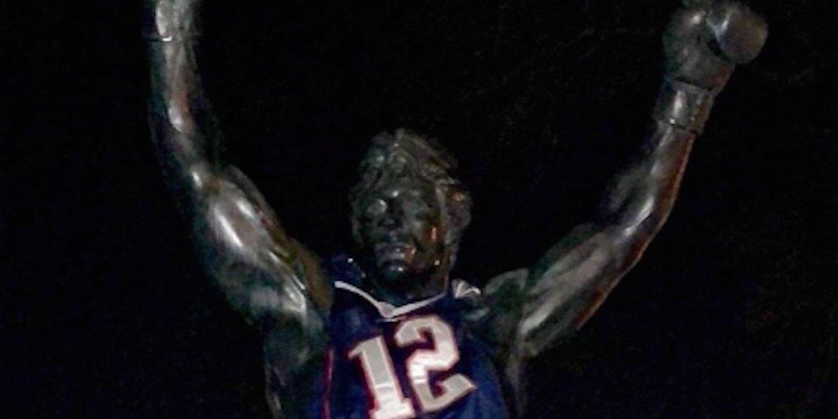 Visten estatua de Rocky con playera de los Patriotas