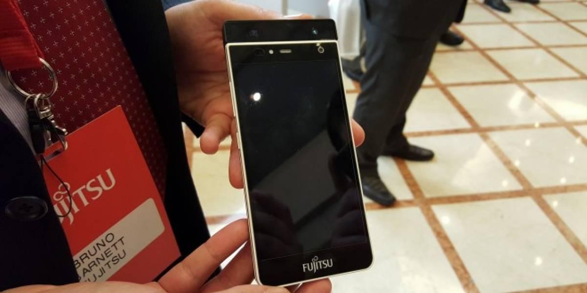 Fujitsu muestra su smartphone con lector de iris en Chile