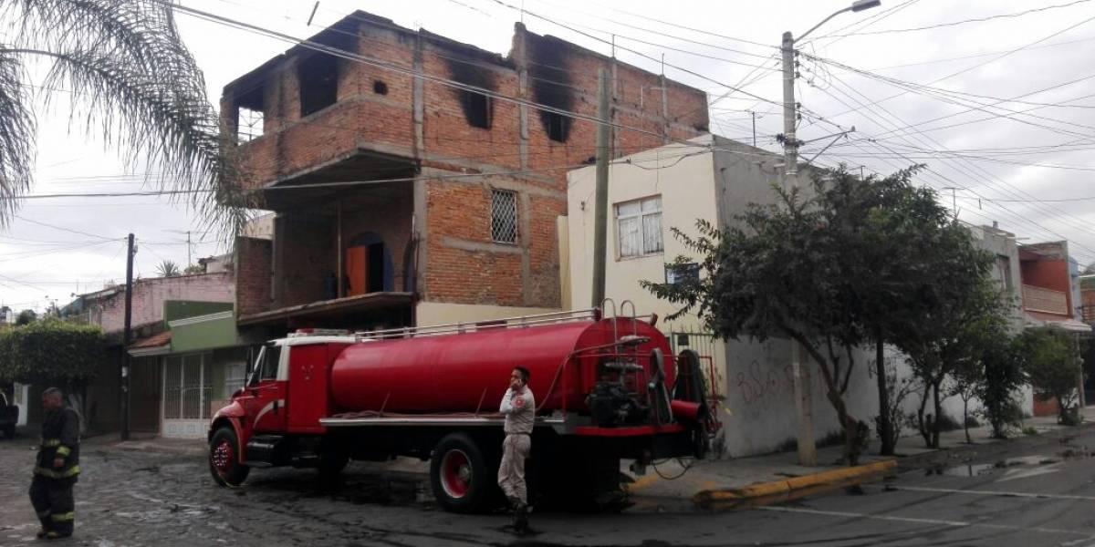 Policías rescatan a dos menores de incendio en Guadalajara