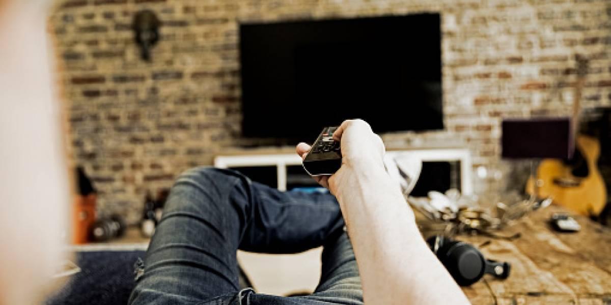 Hombre se entera de supuesta infidelidad de su novia por la TV