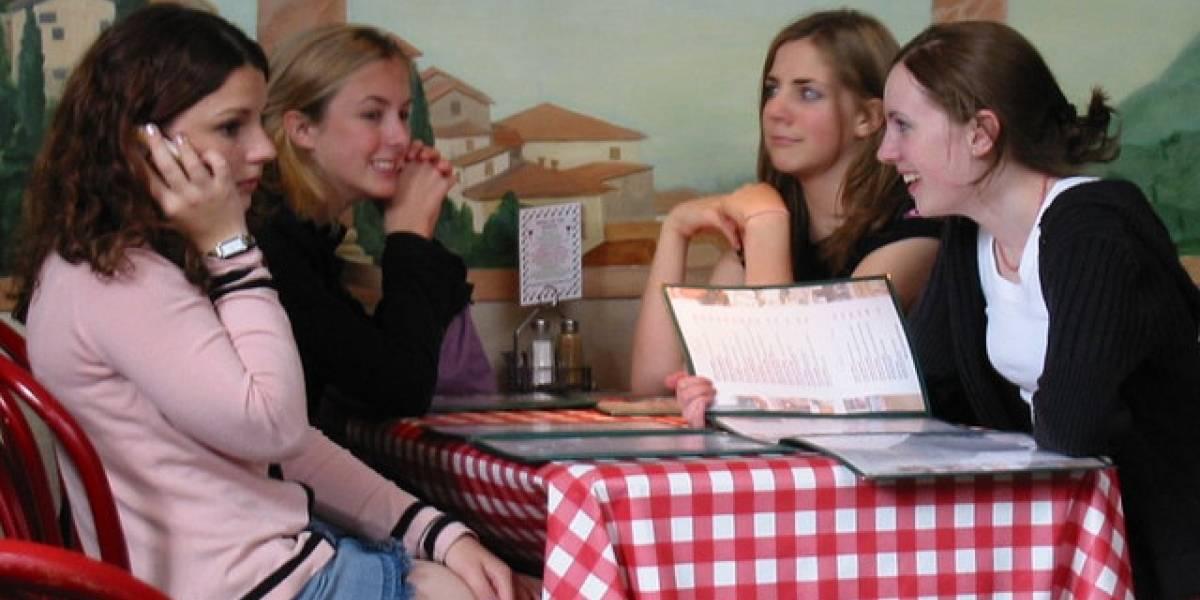 Encuesta: Usar el celular durante las comidas saca de quicio al resto de los comensales