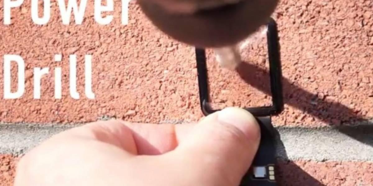 La pantalla de zafiro del Apple Watch se enfrenta a taladro y martillo