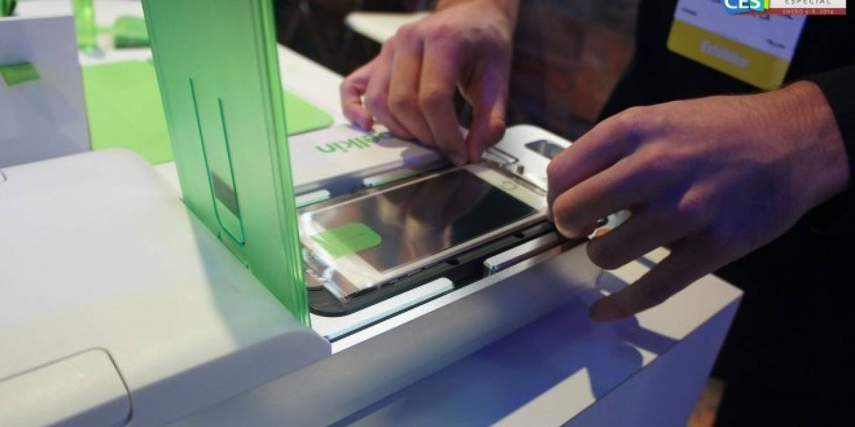 Este dispositivo de Belkin agrega una mica protectora a la pantalla de tu celular #CES2016