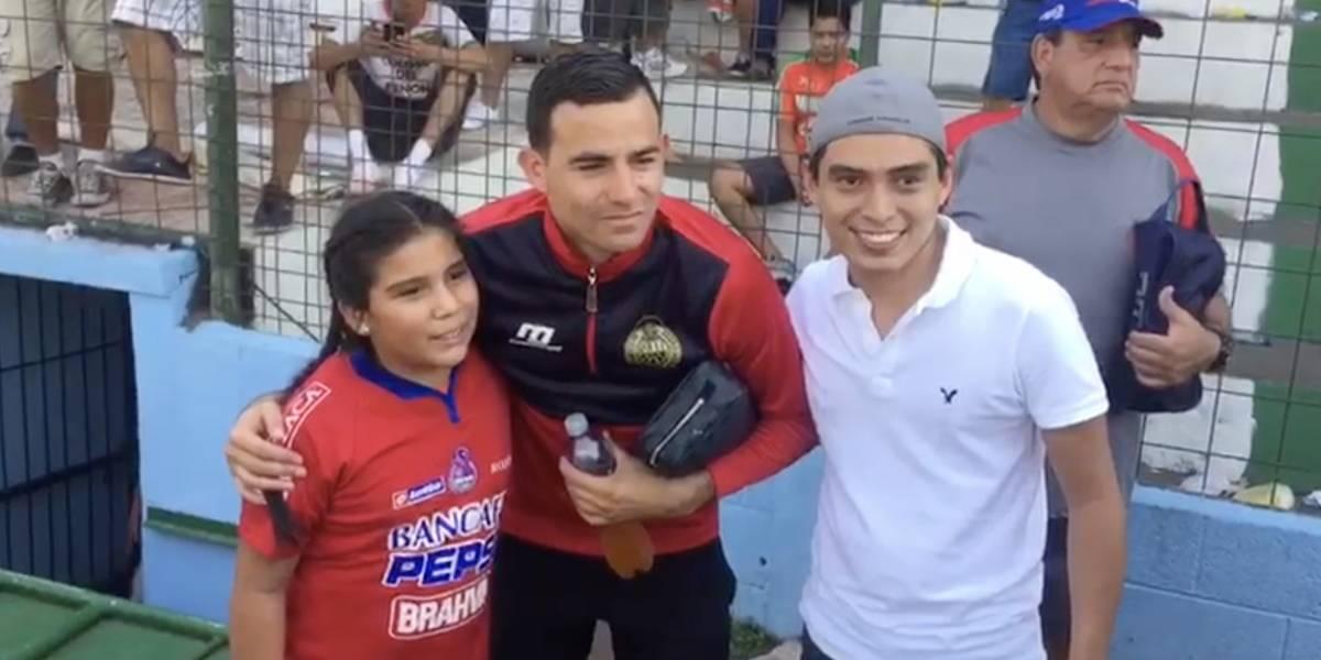 VIDEO. Marco Pappa comparte con sus seguidores en Siquinalá mientras recibe insultos desde las gradas