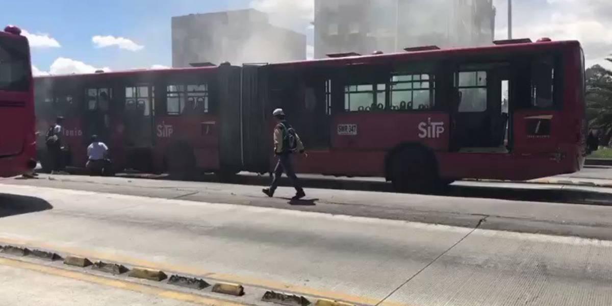 Video: Bus de TransMilenio se incendia en el norte de Bogotá