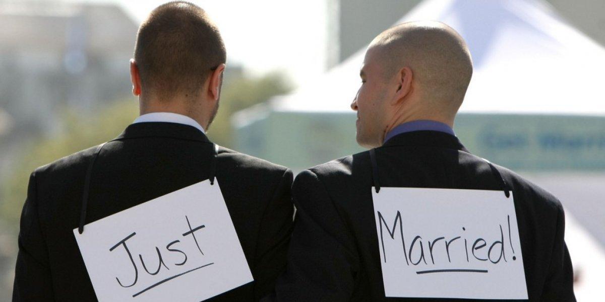 """Rusia lo achacó a un """"error"""": Matrimonio gay logra registrar su vínculo pero lo anulan y despiden al funcionario"""