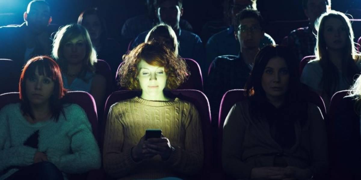 Cadena estadounidense se retracta, no permitirá el uso del celular en sus salas