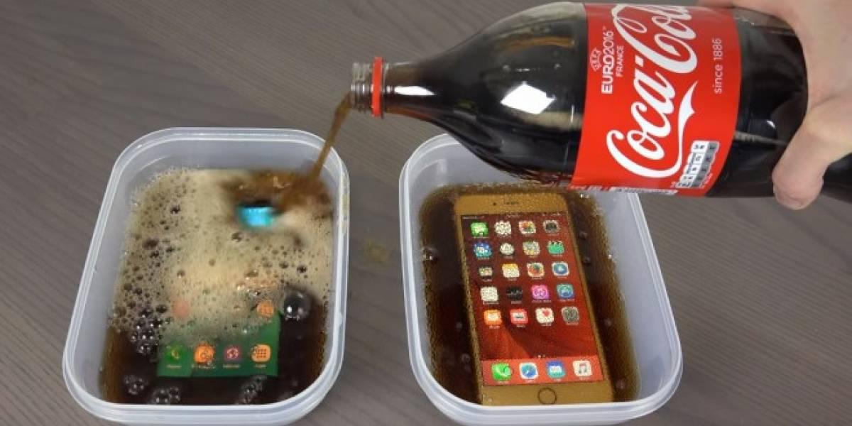 Esto ocurre cuando sumerges un iPhone 6S y un Galaxy S7 en Coca-Cola