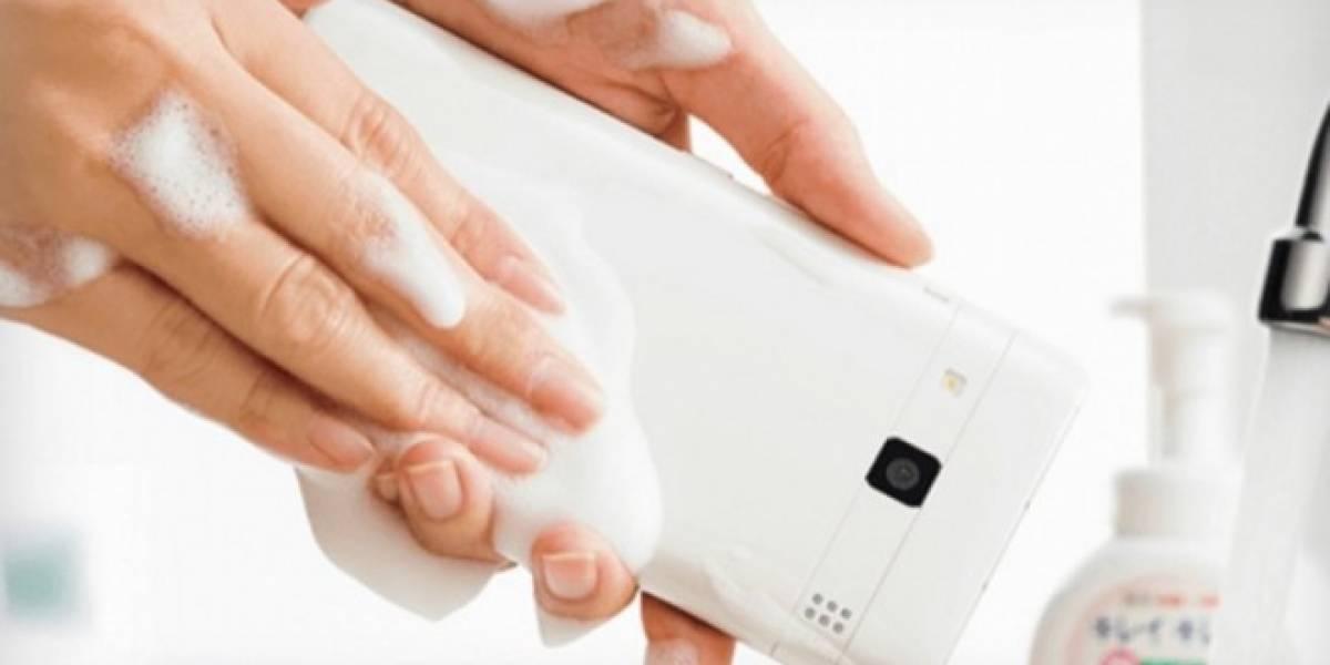 Kyocera lanza el primer teléfono que se puede lavar con jabón