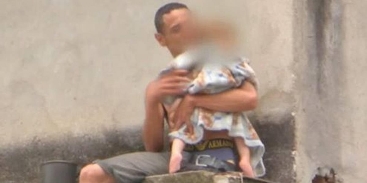 Pai faz filho de um ano refém e ameaça jogá-lo de parapeito