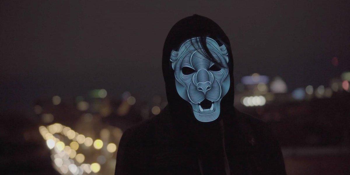 Esta máscara LED reacciona con la música y te hará bailar