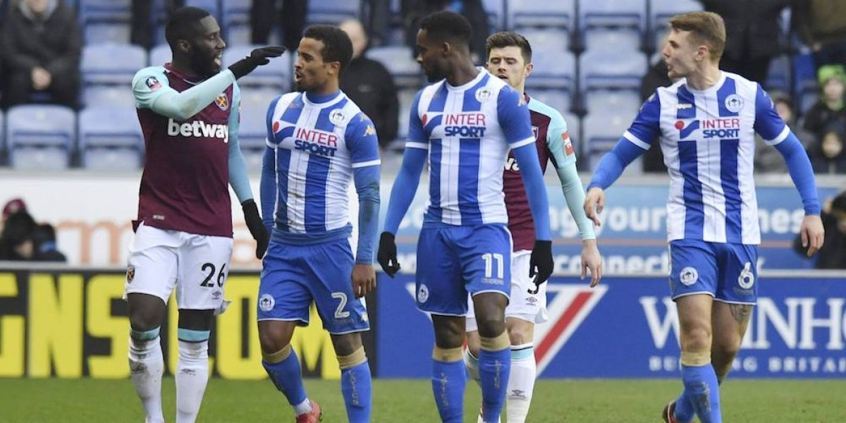 Jugador del West Ham Arthur Masuaku lanza escupitajo a rival y lo suspenden seis juegos