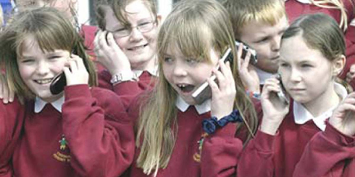 Niños saben usar móviles antes que amarrarse los zapatos