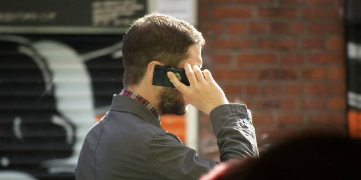 Estudio determina que es aceptable usar el móvil mientras caminas, pero no cuando comes