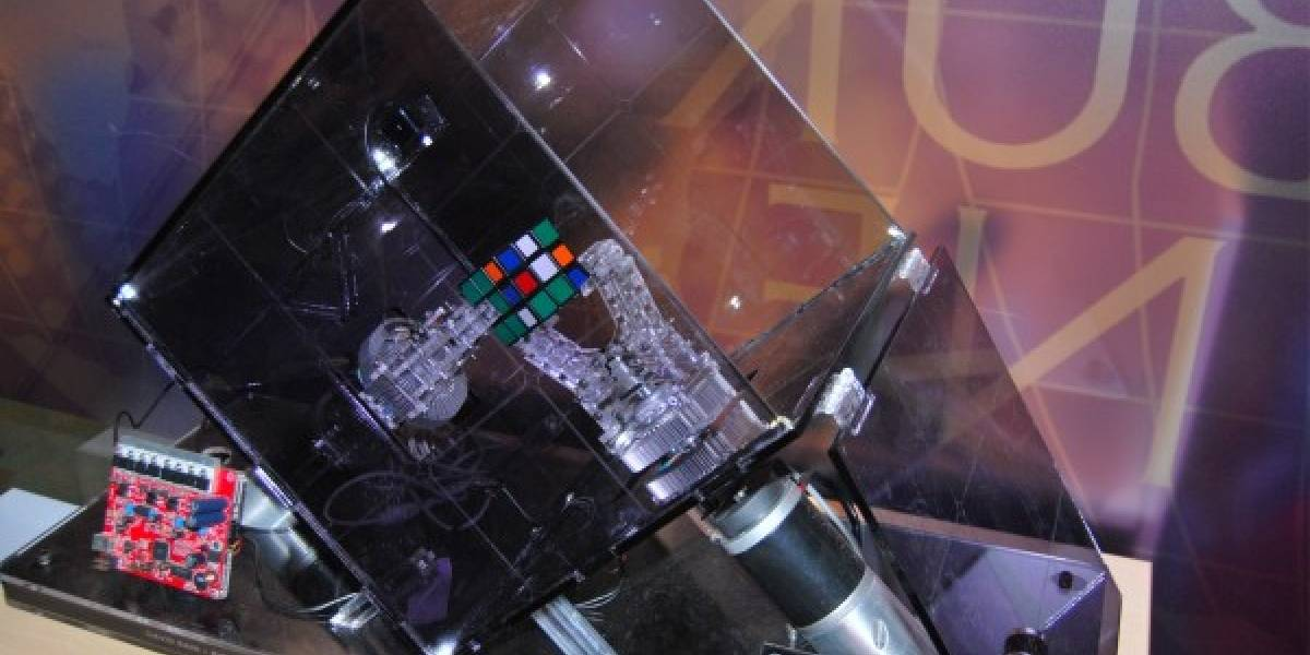 El robot que resuelve el cubo Rubik en 10.69 segundos