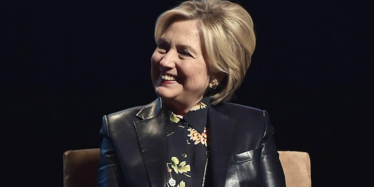 Hillary Clinton surpreende no Grammy 2018 com paródia do livro Fogo e Fúria