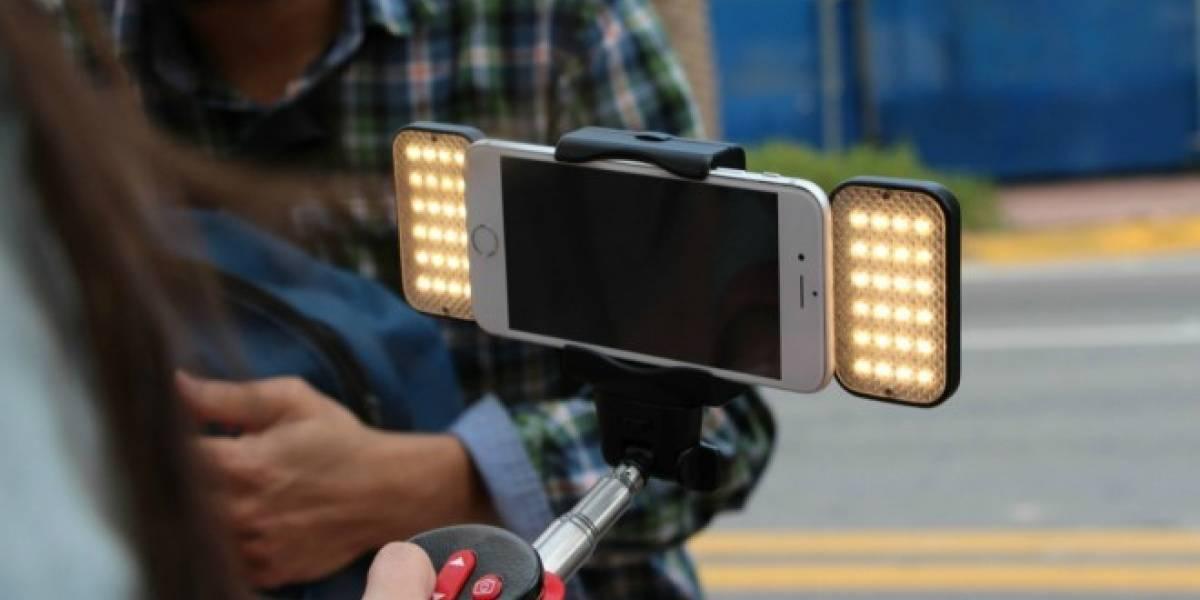 Este bastón de selfies automático hará que tus fotos parezcan de estudio