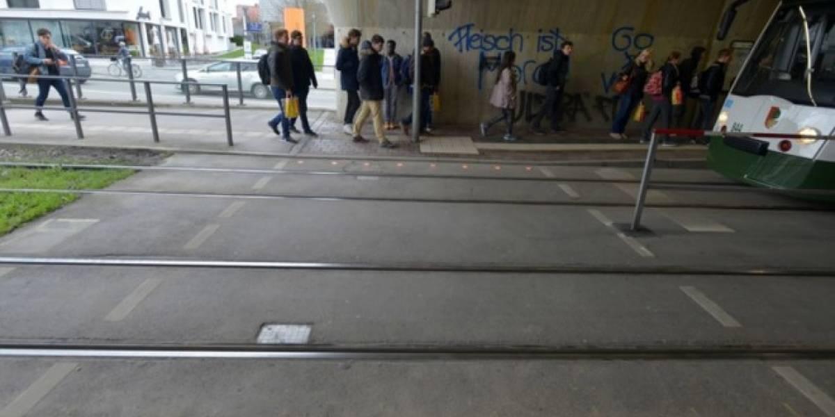 Instalan semáforos en el suelo para los peatones que van mirando el celular