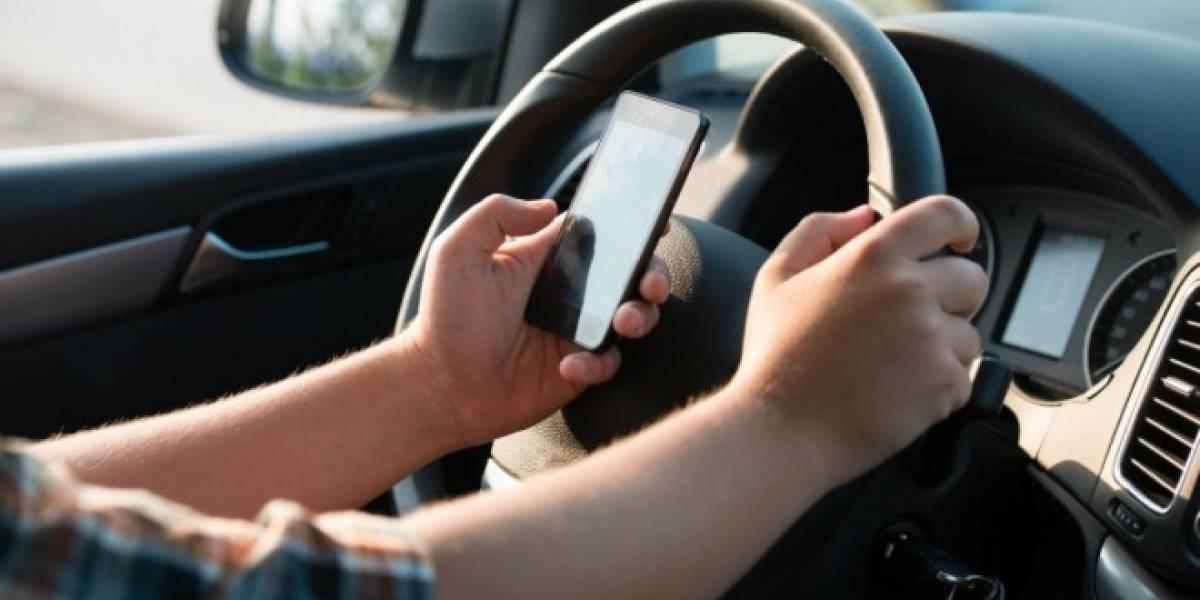 Agencia estadounidense regaña por Twitter a quienes conducen revisando el celular