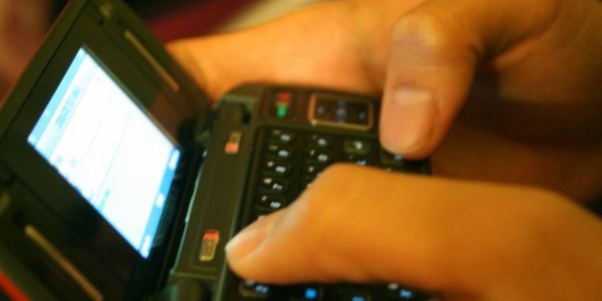 Despistada se cae a la fuente por caminar y escribir SMS al mismo tiempo