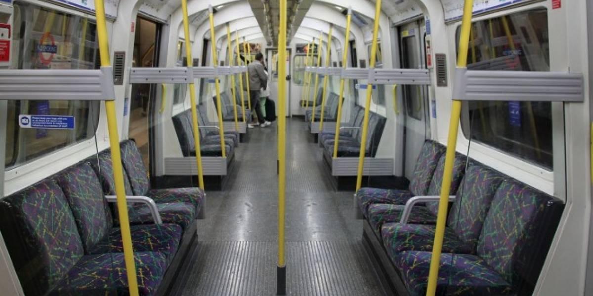 Hombre es arrestado por conectar su celular en un tren de Londres