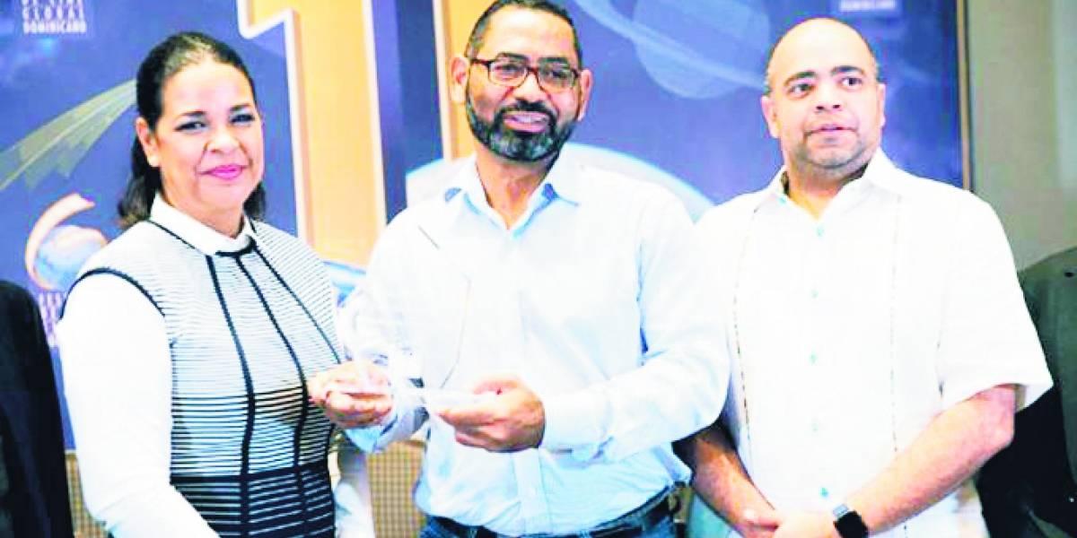Hans García recibe premio por Voces de la calle