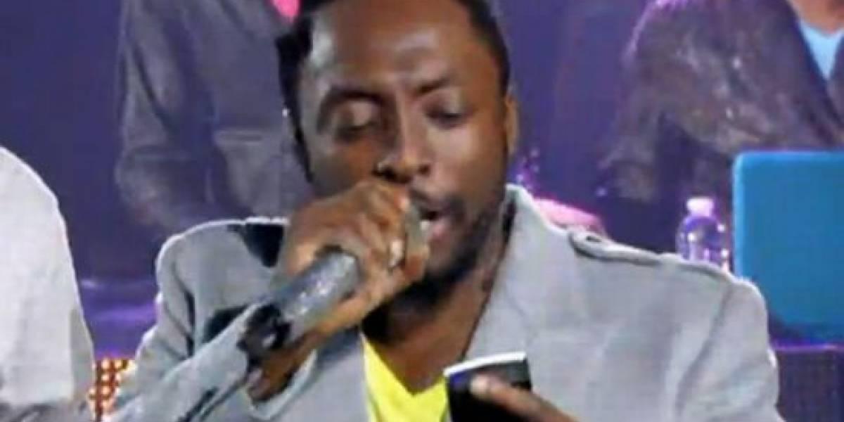 Cantante de Black Eyed Peas usa su smartphone para leer la letra de una canción