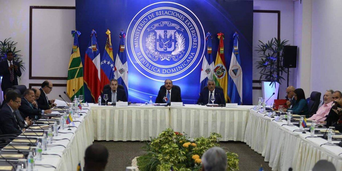 Gobierno y oposición venezolana reanudan diálogo tras receso